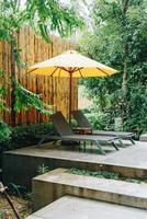 Sonnenschirm und Poolbettdekoration um den Pool im Hotelresort foto
