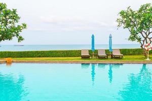 Liegepool oder Liegepool mit Sonnenschirm um den Pool foto
