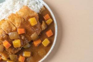 gebratenes Hähnchenschnitzel Curry mit Reis nach japanischer Art foto