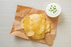 Kartoffelchips mit Sauerrahm-Dip foto