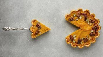 Draufsicht köstlicher Thanksgiving-Kürbiskuchen. hochwertiges schönes Fotokonzept foto