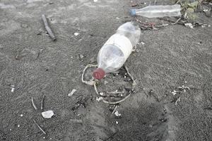 Verschmutzung von Plastikwasserflaschen foto