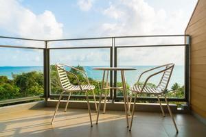schöne Außenterrasse mit Stuhl und Tisch foto