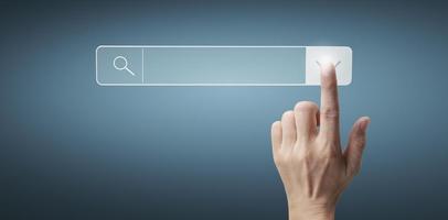 Hände berühren Schaltfläche Bildschirmschnittstelle globale Verbindung Kundenvernetzung foto