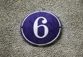Nummer sechs an einer Wand foto