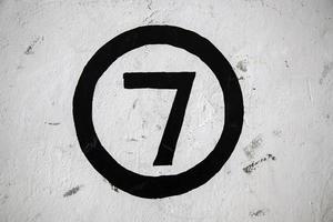 Nummer sieben an einer weißen Wand foto