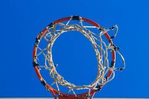 Basketballkorb direkt nach dem Schießen foto