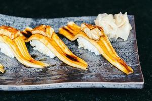 Gegrilltes Aalfisch-Sushi mit Foie Gras darüber foto