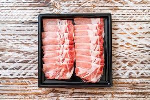 frisches rohes Schweinelende in Scheiben geschnitten foto