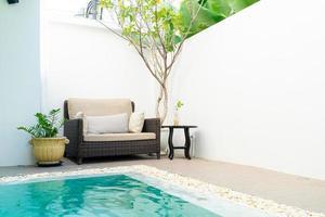 bequemes Kissen dekorieren auf dem Sofa um den Pool herum foto