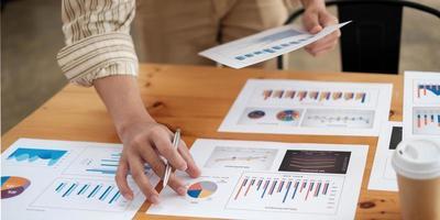 Finanzgeschäftsmann analysiert das Diagramm der Unternehmensleistung, um Gewinne und Wachstum, Marktforschungsberichte und Einkommensstatistiken, Finanzbuchhaltungskonzept zu erzielen foto