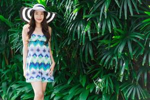 Porträt schöne junge asiatische Frau Lächeln und glücklich im Garten im Freien foto