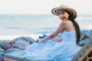 Porträt schöne junge asiatische Frau glückliches Lächeln entspannen sich in der Nähe von Strand und Meer foto