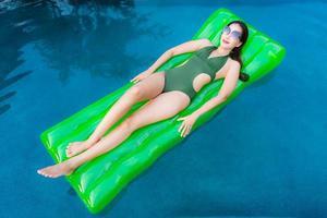 Porträt schöne junge asiatische Frau Lächeln glücklich entspannen und Freizeit im Schwimmbad foto