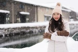 schöne junge asiatische frau lächeln und glücklich mit reisereise in otaru kanal hokkaido japan foto