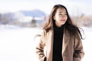 Porträt junge schöne asiatische Frau lächelt glückliche Reise und genießt mit Schnee Wintersaison foto