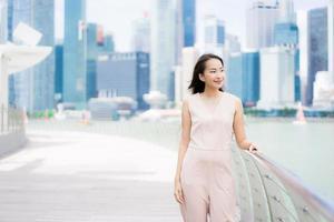 schöne asiatische frau lächeln und glücklich, in singapur zu reisen foto