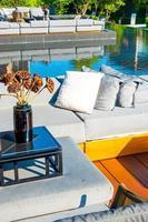 Kissen mit Außenterrasse und Sofa auf dem Balkon in einem Garten foto