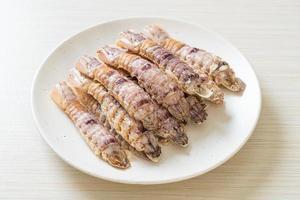 gedämpfte Flusskrebse oder Fangschreckenkrebse oder Stomatopoden mit scharfer Meeresfrüchtesauce foto