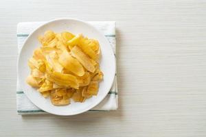 Bananenchips gebratene oder gebackene Bananenscheiben foto