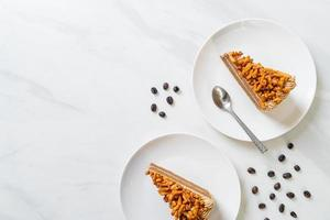 hausgemachter Kaffee-Mandel-Kuchen auf weißem Teller foto