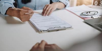 Bewerbung für Jobs und Vorstellungsgespräche Konzept, Frau hofft auf einen Lebenslauf und Recruiter über Bewerbung, HR-Manager, der die Einstellungsentscheidung trifft. foto