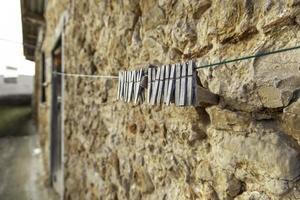 beschädigte Wäscheklammern aus Holz foto