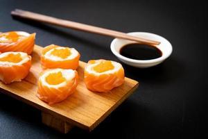 frische Lachs-Sushi-Rolle mit Mayonnaise und Shrimps-Ei - japanische Küche foto