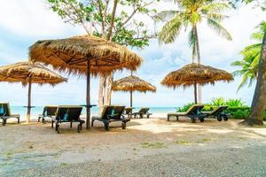 Strandkörbe und Sonnenschirme mit Ozean Meer Strand Hintergrund foto