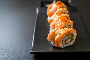 Gegrillte Lachs-Sushi-Rolle mit Sauce - japanische Küche foto