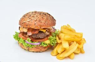 leckerer Hamburger mit gekochtem Ei und geschmolzenem Käse foto