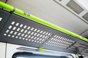 Metallregal für Gepäck in einem Eisenbahnwaggon - leerer Wagen ohne Passagiere - Platz für Tasche und Koffer foto