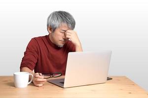 asiatischer Mann sitzt foto