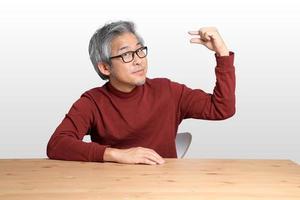 asiatischer Mann am Schreibtisch foto