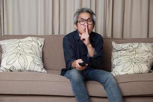 asiatischer Mann im Wohnzimmer foto