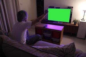 asiatischer Mann vor dem Fernseher foto