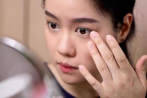Frau schminkt sich foto