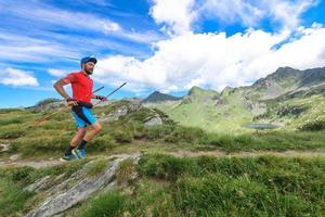 Trailrunning mit Stöcken in den Bergen foto