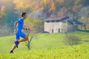 in den Bergen in die Natur laufen ein Sportlermann foto