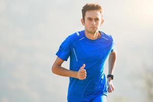 Athlet, der in den Bergen der italienischen Nationalmannschaft im Training läuft foto