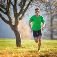 Rennen in den Bergen ein Athlet trainiert im Herbst foto