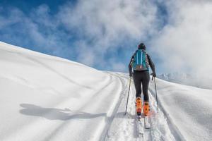 ein Mädchen macht Skibergsteigen foto