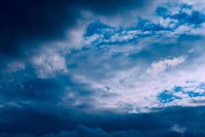 schöner abend hohe wolken vor dem sturm foto
