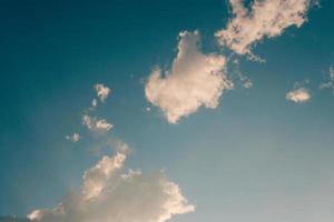 tiefblauer Himmel und hohe Wolken in den Sonnenstrahlen bei Sonnenuntergang foto