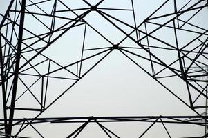 Hochspannungspfosten, Hochspannungsturm auf blauem Himmelshintergrund. foto
