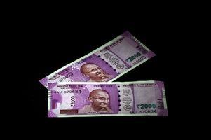 neue indische Währung von rs.2000 auf schwarzem Hintergrund. veröffentlicht am 9. November 2016. foto