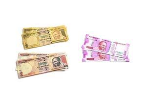 neue indische Währung von Rs.2000 und alte Währung von Rs.1000 auf weißem Hintergrund. alte Währung demonetisiert und neue Währung am 9. November 2016 veröffentlicht. foto