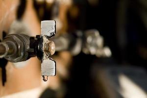 ein wasserhahn verliert tropfenweise wasser, madrid spanien foto