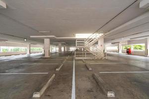 leerer Parkplatz oder Garage foto