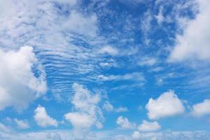blauer Himmel und weiße Wolken foto